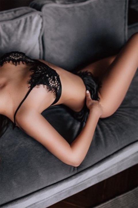 Larissa Escort Nürnberg auf einer Couch